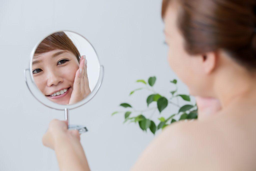 自分磨きのスキンケア。鏡掃除から始めませんか?